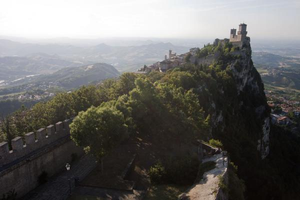 Foto di The crest of Mount Titan topped by the First Tower or GuaitaTre Torri di San Marino - San Marino
