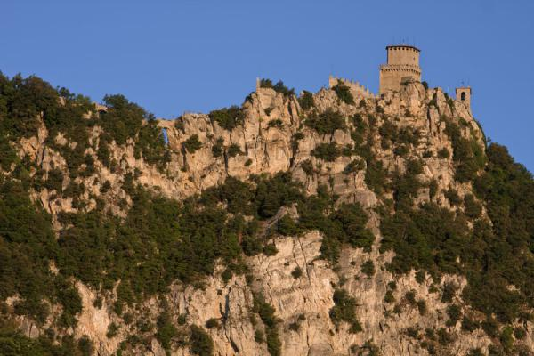 Foto van The First Tower seen from belowDrie Torens van San Marino - San Marino