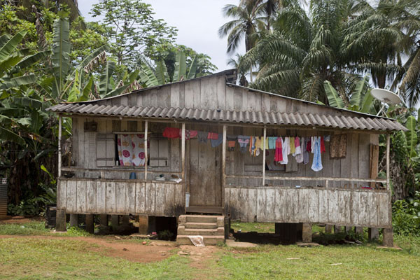 Typical house with laundry on the way to Belo Monte | Belo Monte hike | São Tomé and Príncipe