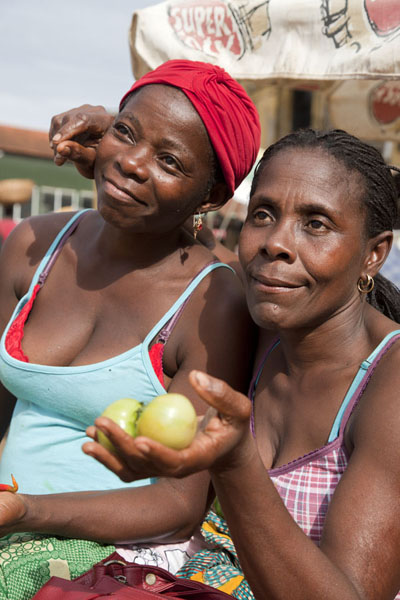 Women selling and posing at the market of São Tomé | Santomean people | 圣多美和比邻锡培