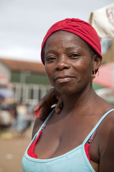 Woman at the market of São Tomé | Santomean people | 圣多美和比邻锡培