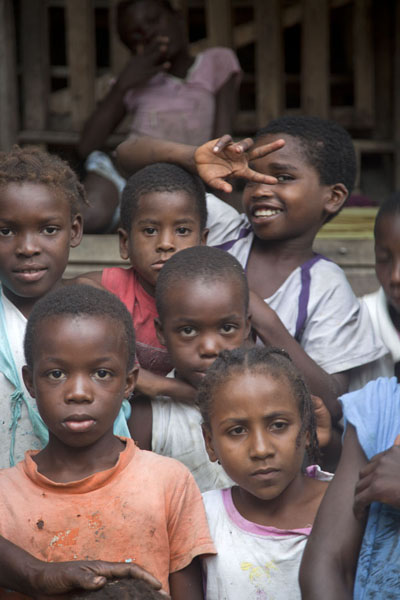 Foto van Bunch of kids in Roça Monteforte in western São ToméSão Tomé & Príncipe - Servië