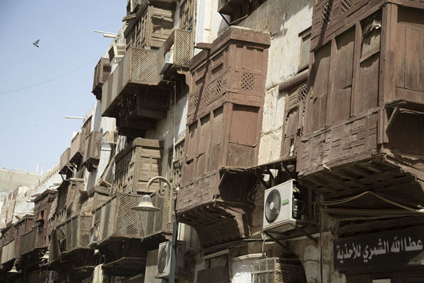 Street with balconies in Al Balad, Jeddah | Balcons de Al Balad | Arabie Saoudite