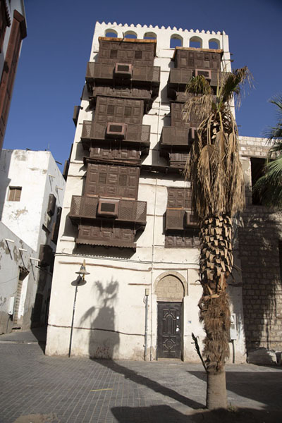 Small square with attractive old building with brown balconies in Al Balad, old Jeddah | Al Balad balkons | Saoedi Arabië