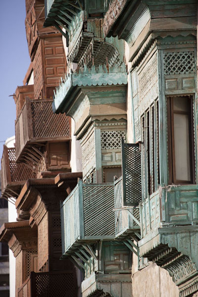 Side view of a range of balconies in a street in Al Balad, Jeddah | Balconi di Al Balad | Arabia Saudita