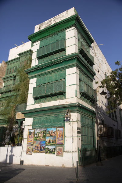Three story building with green balconies in Al Balad | Al Balad balconies | 沙乌地阿拉伯