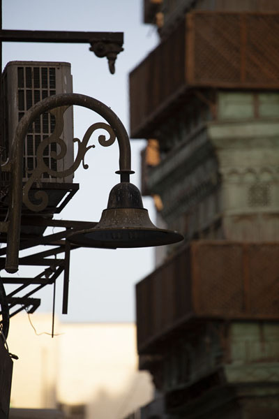 Lantern with balconies in the background | Al Balad balkons | Saoedi Arabië
