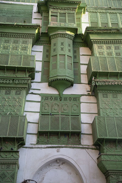 Foto de Looking up a wall with many balconies in Al BaladBalcones de Al Balad - Arabia Saudita