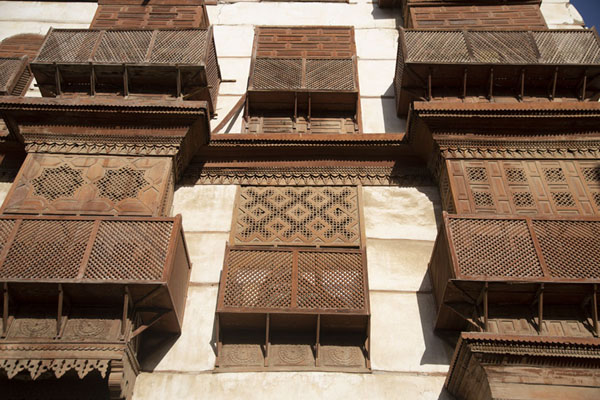 Looking up a building with brown balconies in Al Balad | Al Balad balkons | Saoedi Arabië