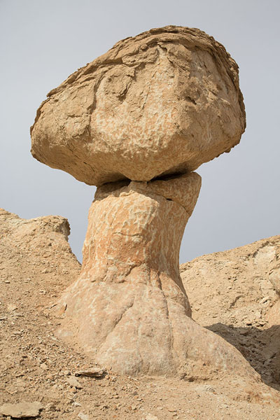Boulder resting on a pillar on Qara mountain | Al Qara mountain | 沙乌地阿拉伯