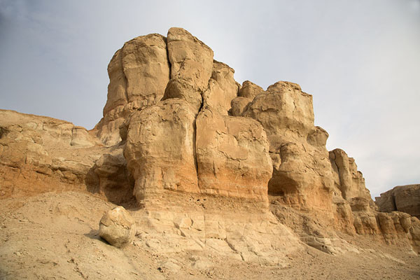 Foto van Rock formation on the south side of Jebel Qara in the late afternoonAl Hofuf - Saoedi Arabië