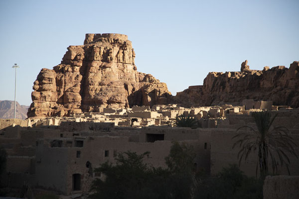 View over the old town of Al Ula with Jebel Umm Nasir and the Musa ibn Nusayr fort on top | Al Ula oude stad | Saoedi Arabië