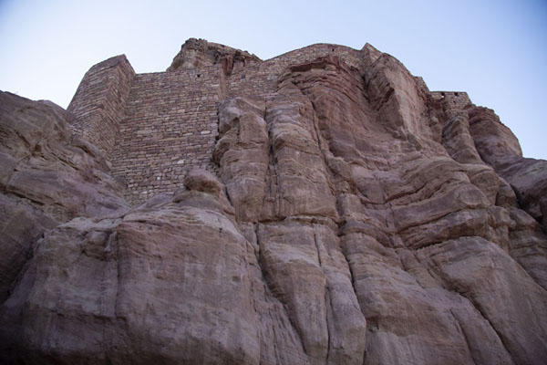 Looking up the promontory on which the Musa ibn Nusayr fort is built | Ciudad vieja de Al Ula | Arabia Saudita