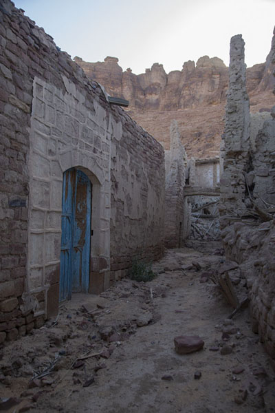 Street in the old town with the mountains in the background | Al Ula oude stad | Saoedi Arabië