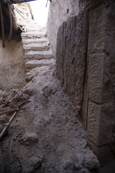Ruins of house in the old town with crumbling walls and wooden door | Al Ula old town | 沙乌地阿拉伯
