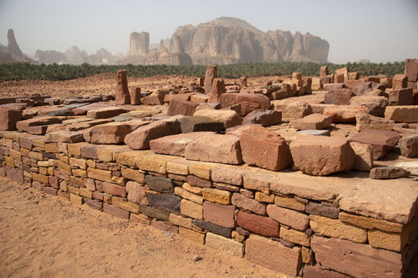 Foto van Platform in the ancient Lihyanite city of Dadan with mountain in the backgroundDadan - Saoedi Arabië