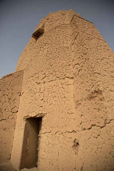 Looking up one of the remaining towers of Barzan Castle | Fortalezas de Hail | Arabia Saudita