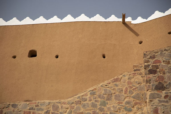 Looking up the wall of A'arif Fort | Fortalezas de Hail | Arabia Saudita