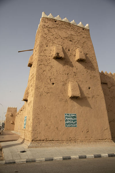 One of the watchtowers at the southern corner of Qishlah | Fortalezas de Hail | Arabia Saudita