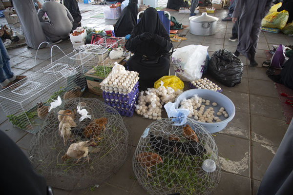Photo de Woman dressed in a black veil selling chicken and eggs at the Friday MarketHail - Arabie Saoudite
