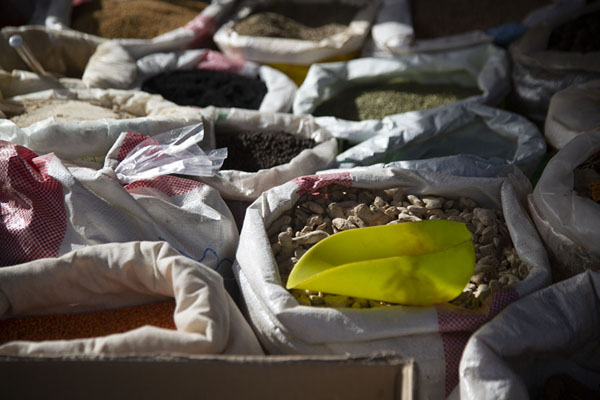 Close-up of dried ginger, nuts, lentils and other goods for sale in a car | Hail Vrijdagsmarkt | Saoedi Arabië