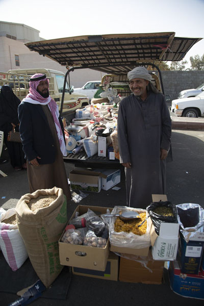 Selling raisins, lentils and many other grains from the back of a car | Hail Vrijdagsmarkt | Saoedi Arabië