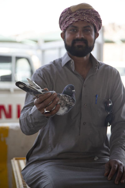 Foto van Vendor holding one of his pigeons at the Friday MarketHail - Saoedi Arabië