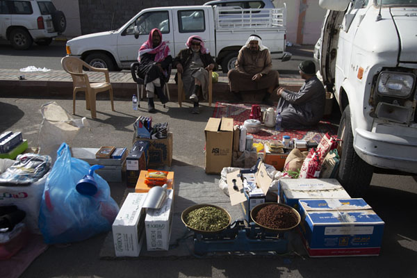 Vendors waiting for customers next to their car at the Friday Market | Marché du vendredi de Hail | Arabie Saoudite