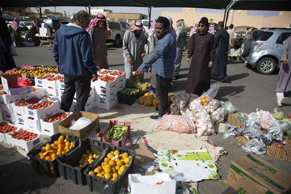 Foto de Vendor selling vegetables at the Friday Market - Arabia Saudita - Asia