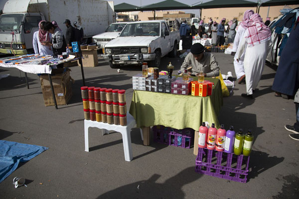Vendor selling perfumes and gel at the Friday Market | Mercado de los viernes de Hail | Arabia Saudita