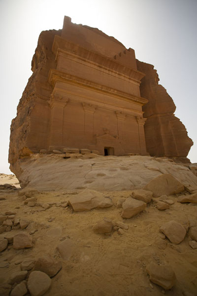Looking up Qasr Farid, or the Lonely Castle, from below | Hegra | Arabia Saudita