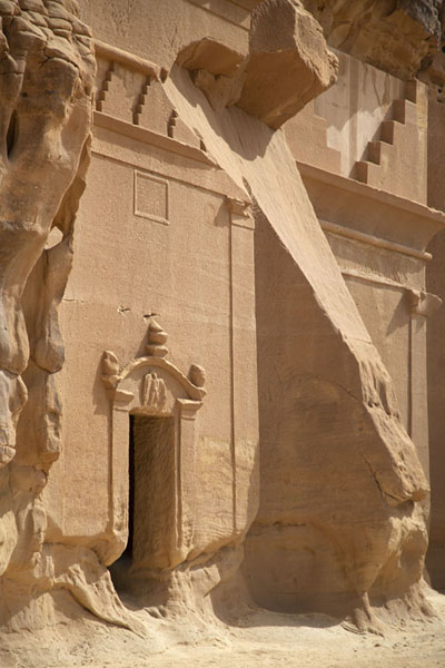 Foto van Side view of one of the large tombs of Qasr BintMada'in Saleh - Saoedi Arabië