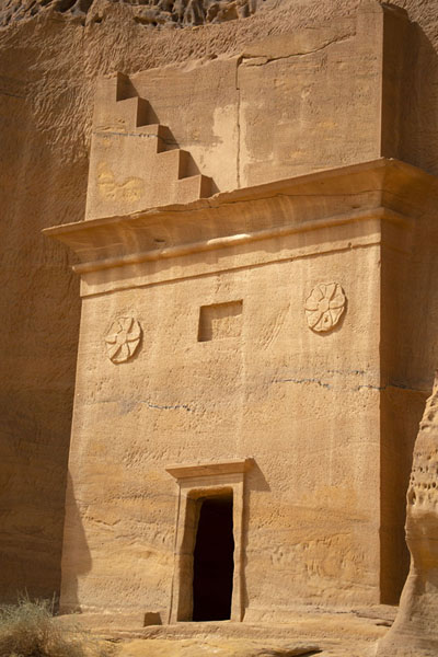 Foto de One of the many tombs carved out at Jebel al Ahmar, or Area CMada'in Saleh - Arabia Saudita