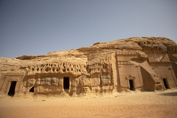 Row of tombs carved out at Qasr al Bint, the Palace of the Daughter | Hegra | Arabia Saudita