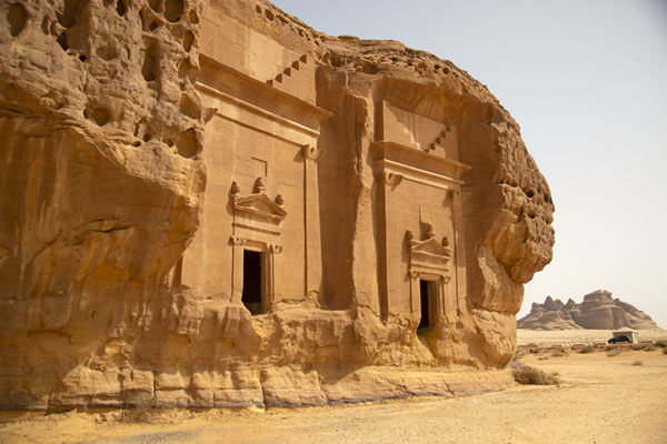 Foto van Two of the tombs carved out of rock at Jebel al Ahmar, or Area CMada'in Saleh - Saoedi Arabië