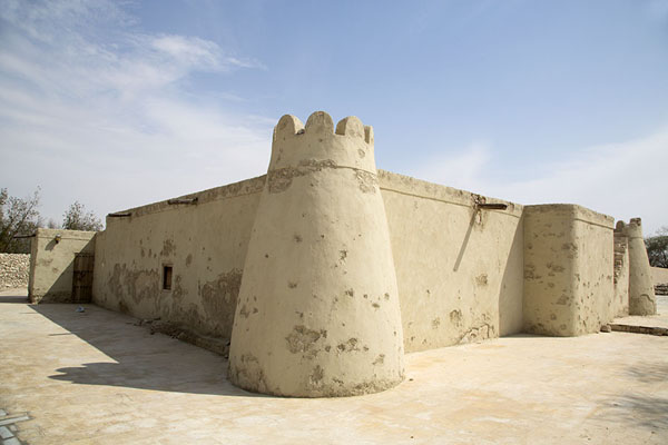 Photo de Outside, Jawatha mosque resembles Masmak fortAl-Kilabiyah - Arabie Saoudite