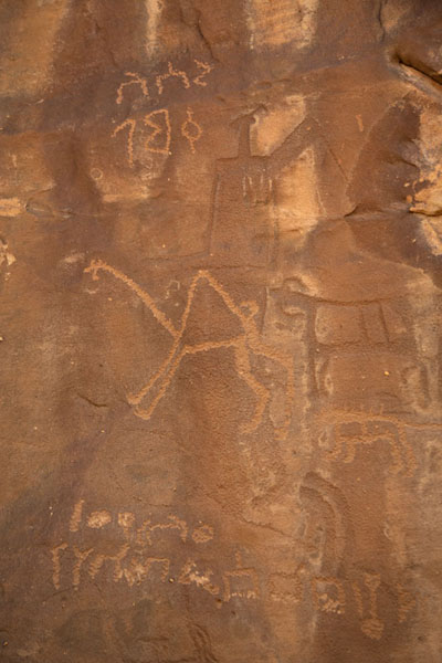 Foto di Carving of animals with pre-Arabic textJubbah - Arabia Saudita