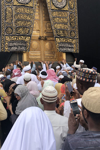 Foto di Pilgrims from all over the world congregating near the golden doors of the KaabaLa Mecca - Arabia Saudita