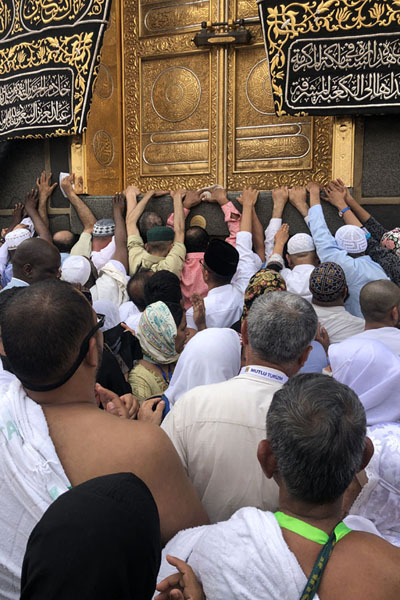 Pilgrims flocking to the golden doors, the entrance to the Kaaba at the south-east corner of the monolith | Kaaba | Arabia Saudita
