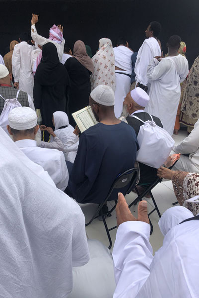 Pilgrims reading the quran on seats near the Kaaba - 沙乌地阿拉伯