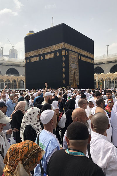 Foto di The Kaaba towering high above the pilgrims circumambulating in an anti-clockwise directionLa Mecca - Arabia Saudita