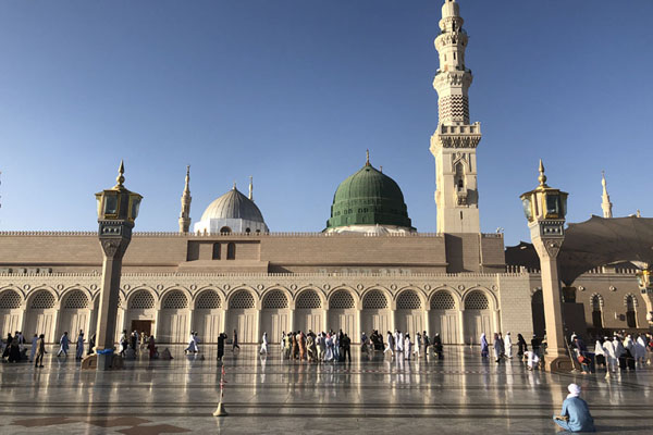 Frontal view of Prophet Mosque, or Al Masjid an-Nabawi, with green dome and minaret | Medina mosques | Saoedi Arabië