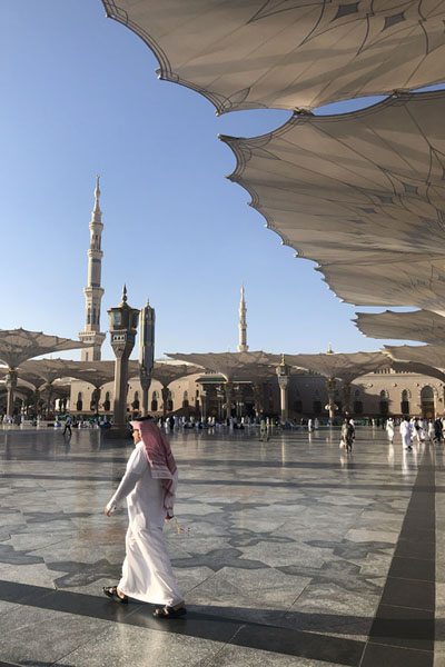 Foto van The huge courtyard outside the Prophet Mosque offer shade for the worshippersMedina mosques - Saoedi Arabië