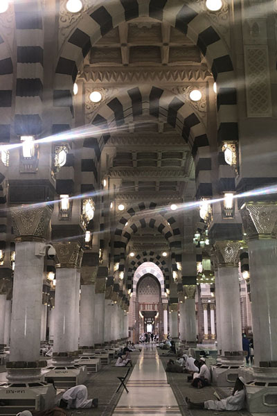 Aisle of the Prophet Mosque, which has a capacity to hold a million worshippers | Medina mosques | Saoedi Arabië