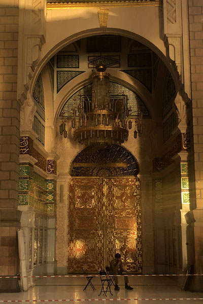 Foto van One of the brilliant doors of the Prophet MosqueMedina mosques - Saoedi Arabië