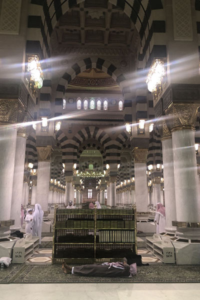 Photo de One of the many aisles of the Prophet Mosque with qurans to study - Arabie Saoudite - Asie