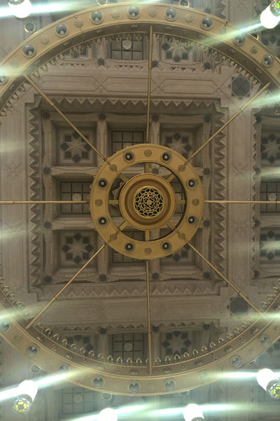 Looking up one of the enormous chandeliers of the Prophet Mosque | Medina mosques | Arabia Saudita