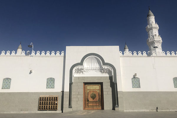 Foto van Door and minaret of Quba MosqueMedina mosques - Saoedi Arabië