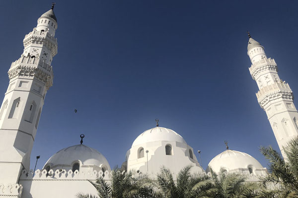 Looking up the domes and two minarets of Quba Mosque | Medina mosques | Saoedi Arabië