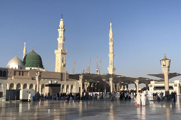 Foto de The Prophet Mosque with a few of the ten minarets and the green domeMedina mosques - Arabia Saudita